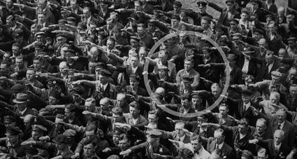 August Landmesser vägrar Hitlerhälsning 1936. Okänd fotograf. Ett exempel på integritet som Helena Löfgren ger föreläsningar om